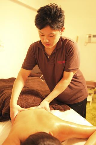 女客人正在体验男性治疗师的手法