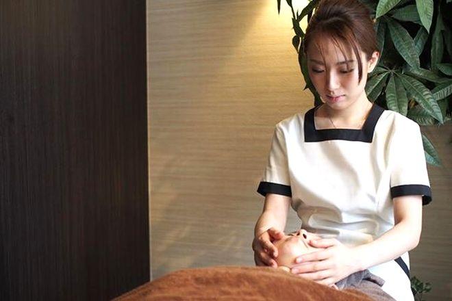 Beautysalon Lumo 渋谷 小顔矯正を施術するセラピストの写真
