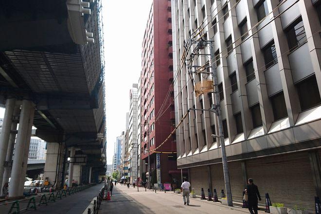 写真にある茶色のビルが当店がある建物になります