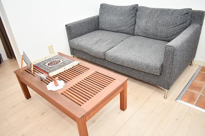 待合用のソファーで施術まで少々お待ちください