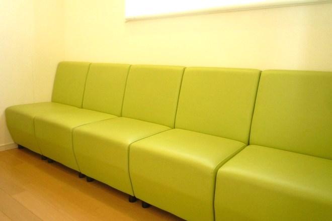 緑を多く使った待合室