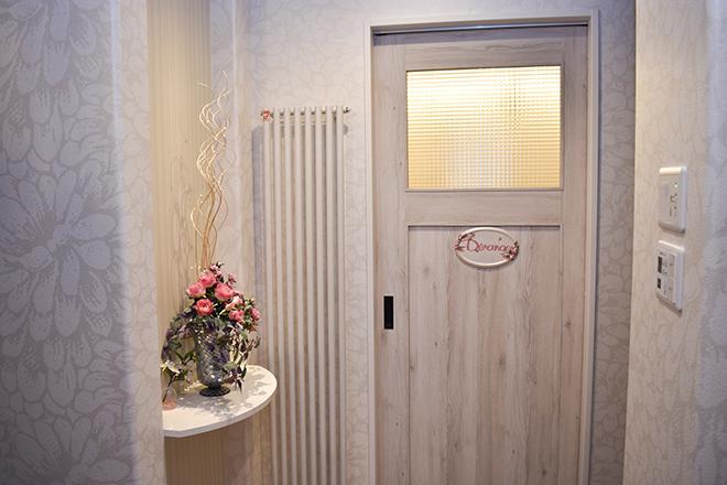 お花や看板が上品な入り口