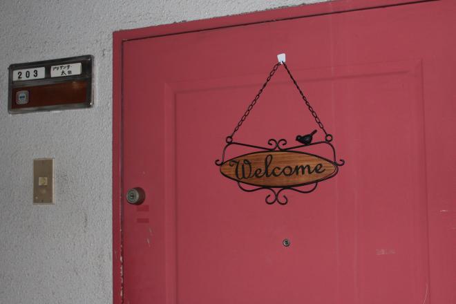 『いらっしゃいませ♪』ピンクの扉が目印!