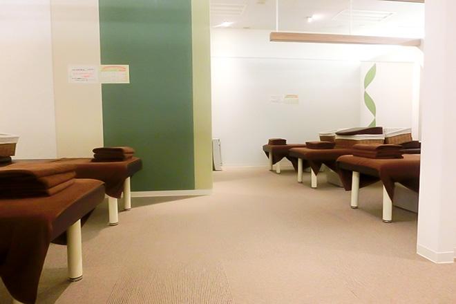 開放的な施術スペース