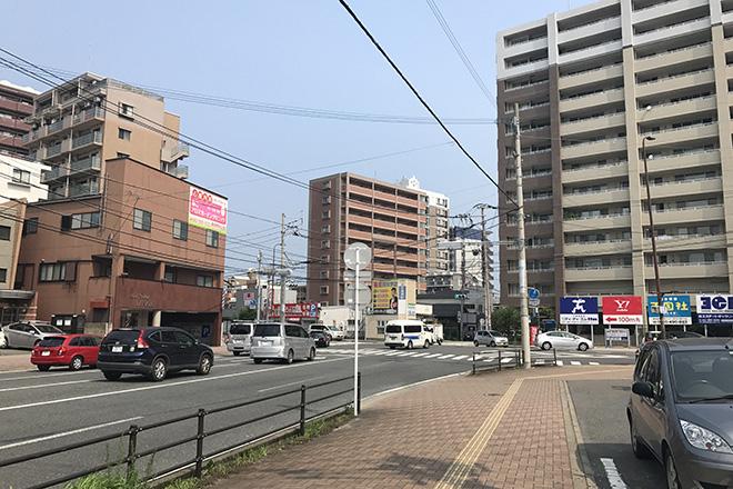 大きなマンションがある交差点から左折