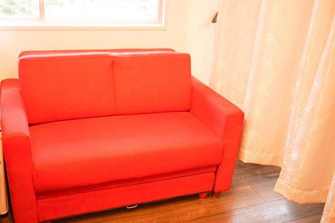 待合スペースには赤いソファー♪