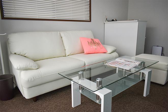 白を基調とした待合スペース