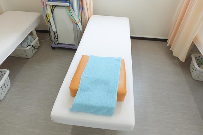 白色を基調とした施術スペース