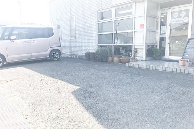 店舗前に駐車場がございます!