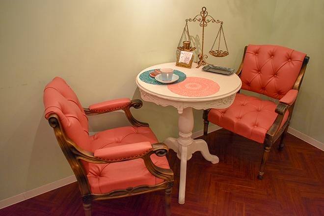 こだわりの家具で揃えた待合いスペース