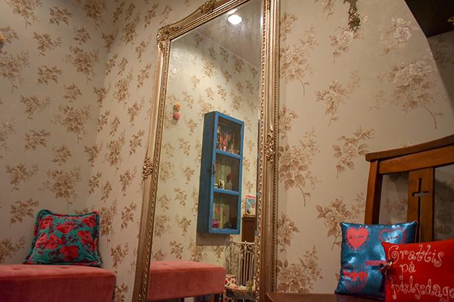 大きな鏡のあるお部屋もございます♪