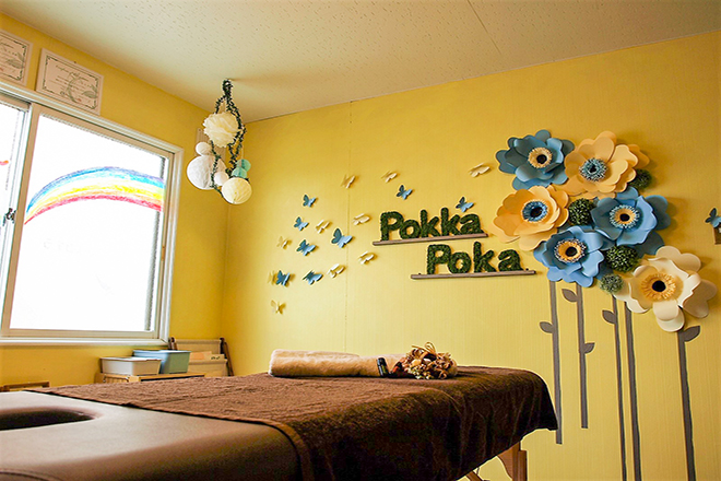 クリーム色の壁に装飾をして、落ち着く雰囲気に