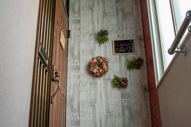 サロンの入口前には、リースやグリーンなどが