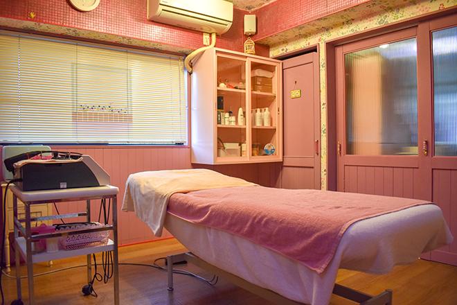 ピンクが基調の施術空間