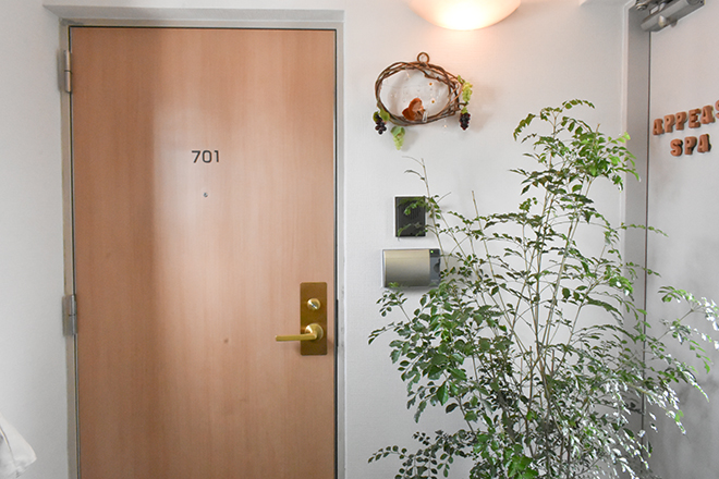 エレベーターをあがると入口がございます