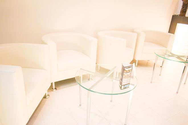 白を基調とした清潔感のある待合スペース