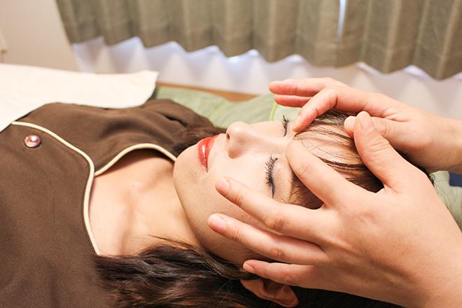 ツボ押しで、顔の筋肉をほぐす施術