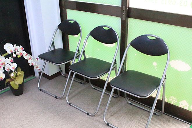 シンプルな待合☆感覚を空けて座りやすい!