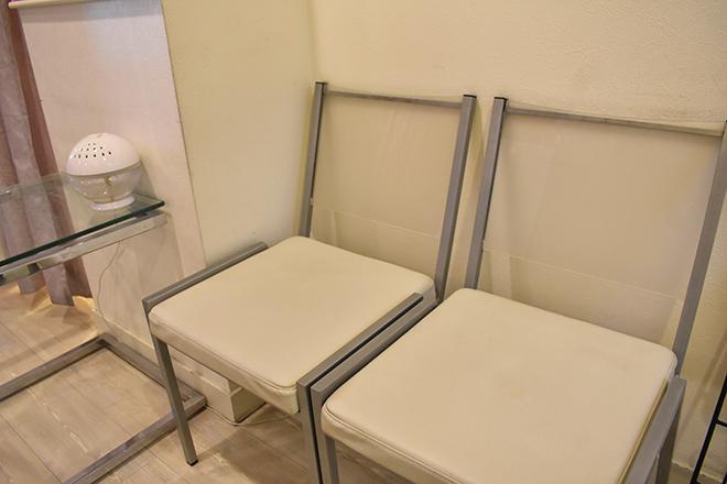 ホワイトを基調とした清潔感のある待合スペース