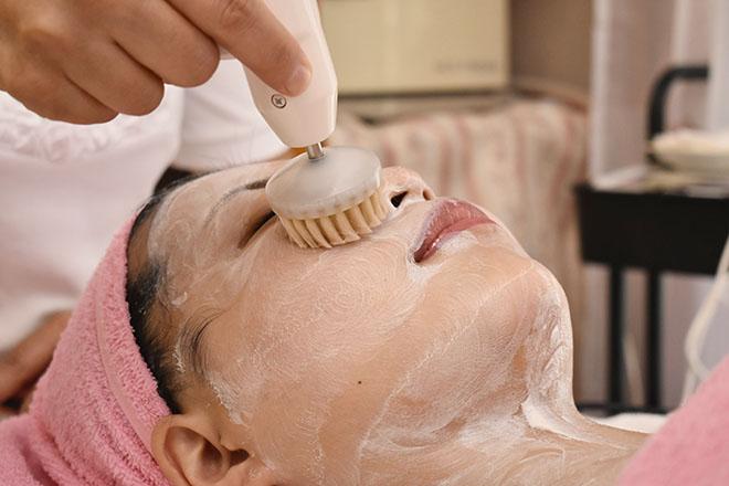 ブラシ洗顔で毛穴汚れを掻き出します