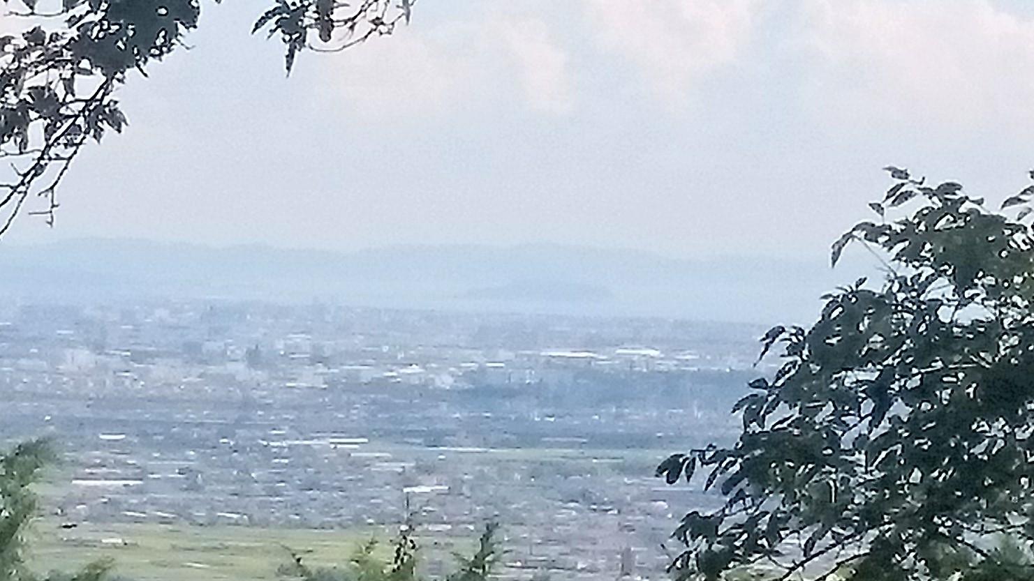 山頂から微かに江ノ島が見えます。