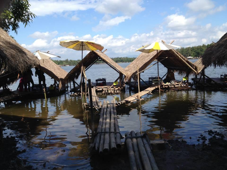 タイのチェンマイに行った時に必ず訪れる場所、フェイトゥンタオ☆湖の上にコテージがあり、そこでゴハンを食べたりビールを飲んだりできます(^^♪