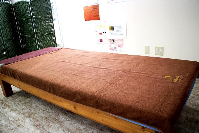 プラスコットン 福井店(Plus+cotton) シンプルで落ち着いた施術台です