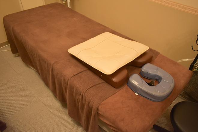 からだ工房 名古屋栄本店 施術台は体の負担軽減に配慮しています