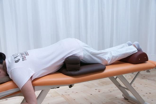 京之助カイロ整体院 自身の体重などでゆっくり骨盤を調整します。