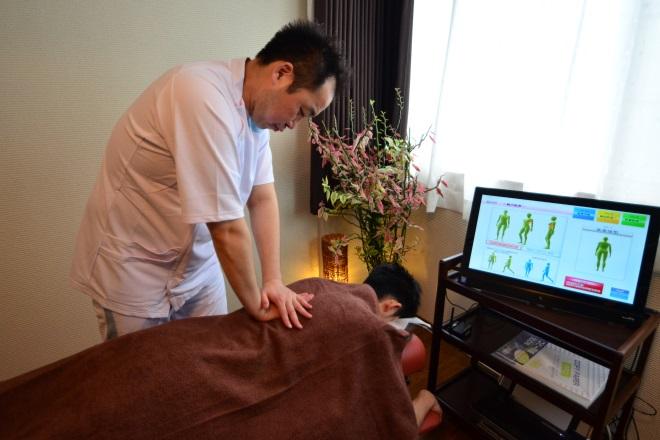 サンパーク整体 施術をしながら体のバランスを見ていきます。
