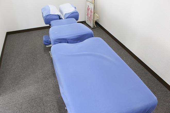 イワタ整体院 ベッドは1台の完全個室の施術室でゆったりと