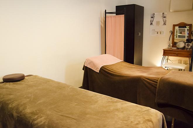エステサロン miyabi 施術ベッドは2台。大人かわいいがポイントです♪