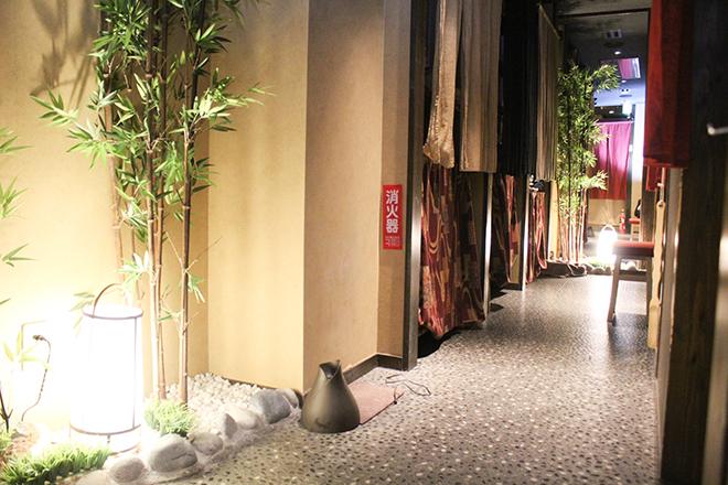 らく屋 高円寺店 和を感じるナチュラルな雰囲気の店内