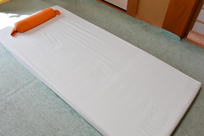 岡崎葵院 絨毯の上に敷いたマットにて施術
