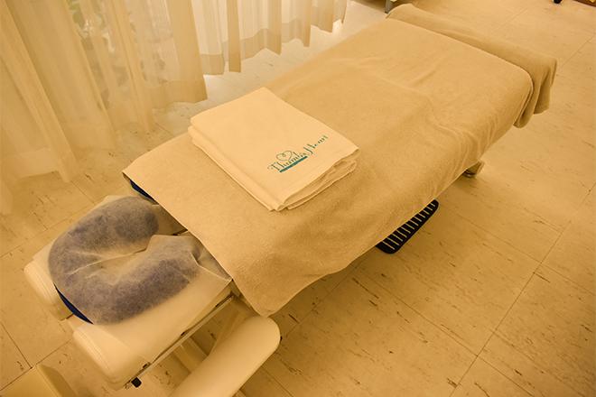 サムズハート 清潔感のある白地のベッドを数台ご用意しています