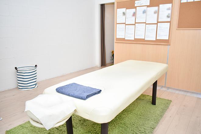 ベッド一台の完全個室で施術が受けられます