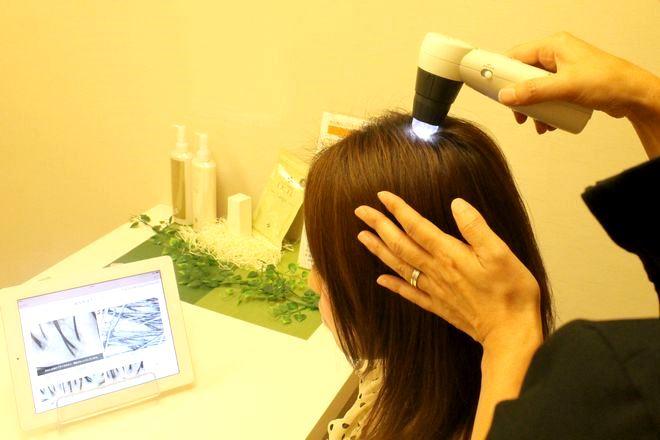 セラピエールプラス 京橋店 頭皮の状況をスコープでお客様とともにチェック。