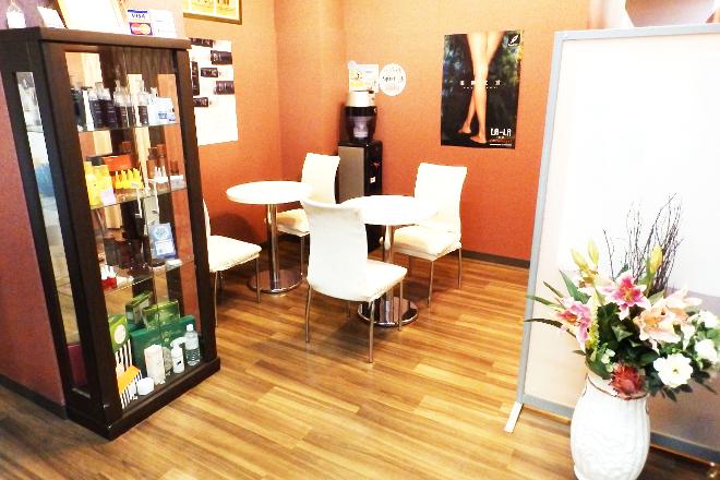 フリアージュ草津店 充実感を持っていただける明るい雰囲気の待合室