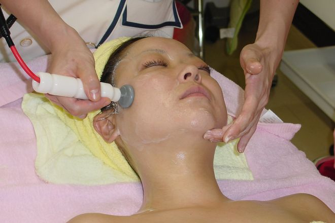 セピア 栃木店 機械も併用してお肌の深層までいきわたらせます。