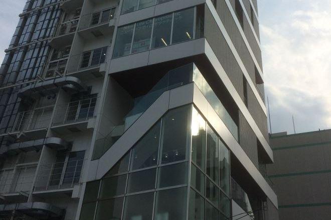 ニューライフカイロプラクティック ビルの5階に当店がございます
