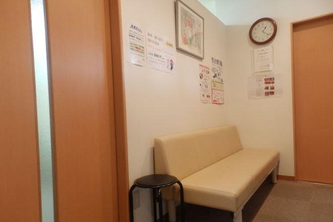あさかわ鍼灸整骨院 リラックスしながら待合室でお過ごしください