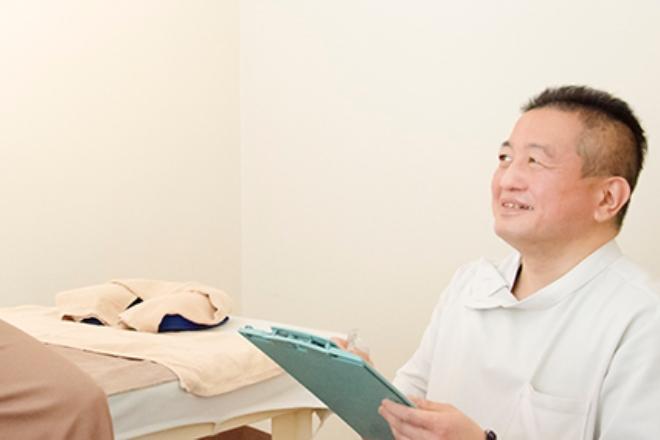ほぐし家 渋谷店 スタッフが専用の「シート」に情報を記入