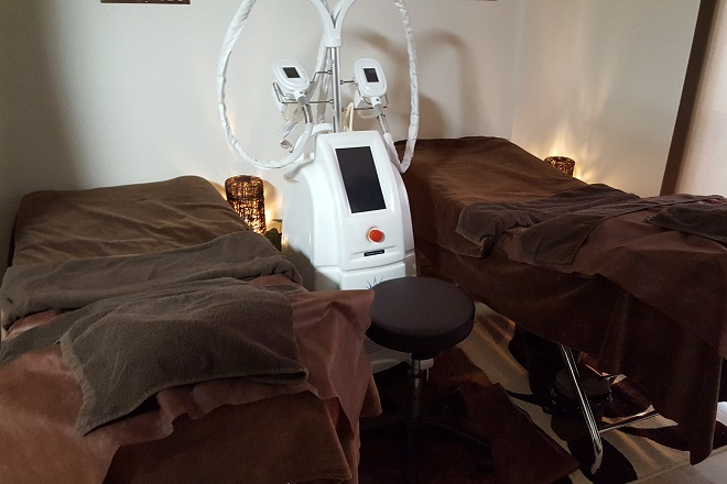 フォルトゥナ 施術用のベッドと脂肪冷却のマシン