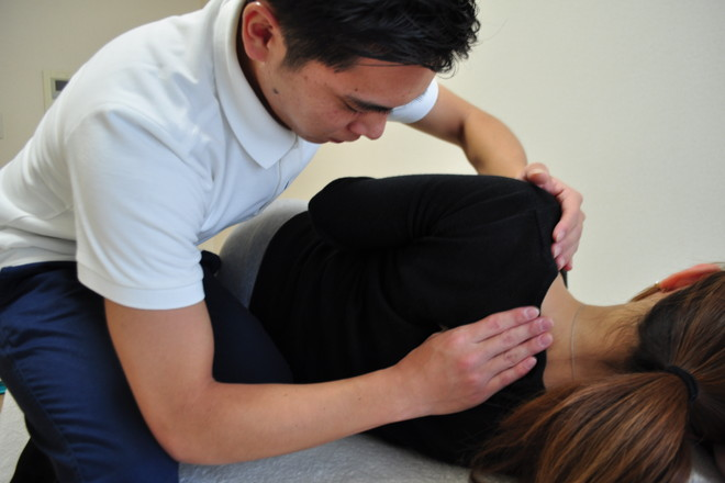 肩甲骨周りの施術をしています