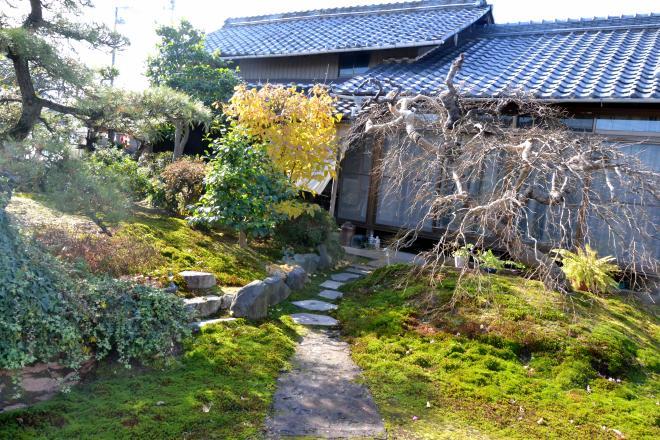 わらくぅ 古民家を活かした外観と大きなお庭が目印です。