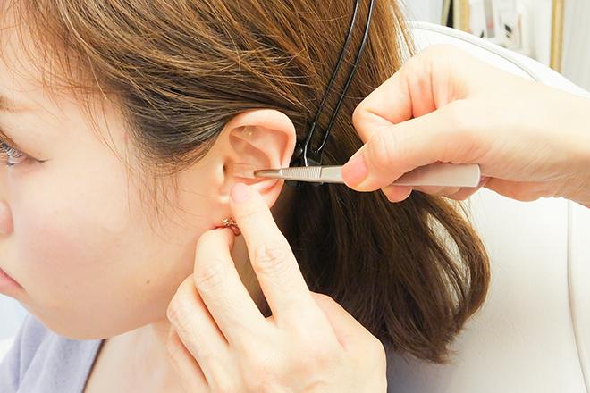 Recess 当店がおすすめしている耳ツボの施術です