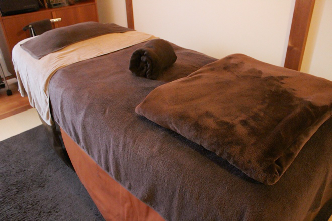 ビーハル(Be-haru) 茶色を基調とした清潔感のある施術台です