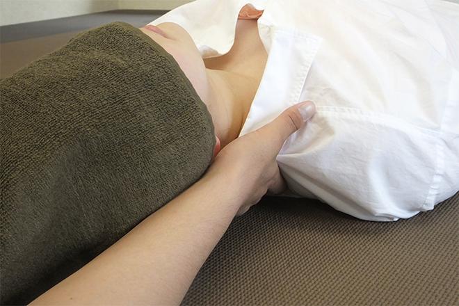 肩こり腰痛整体院 肩のハリや疲れを確認しながら施術します