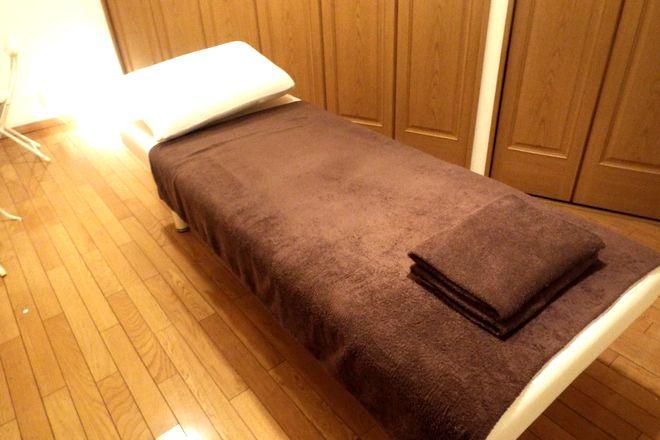 MIGAKI 清潔感あふれる施術台。