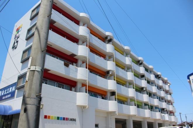 スリム イン ジョイ 白い壁と虹色が特徴の建物です